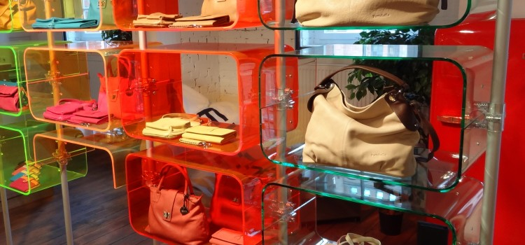 Ladenbau Taschen, Taschenpräsentation im Einzelhandel, Ladeneinrichtung für Taschen