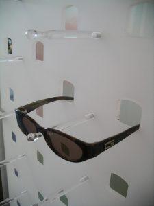 Ladenbau Augenoptiker Brillenhalterung Acrylglas