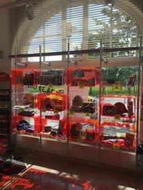 Ladenbau Apotheke Warenpräsenter Schaufenster rot