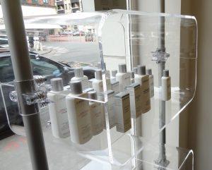 Schaufenster Warenpräsentation mit einem Warenpräsenter in transparent