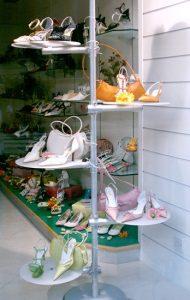 Schuhpräsenter mit Rundablagen Acrylglas