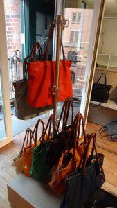 Taschenständer aus Kleiderhänger Acrylglas