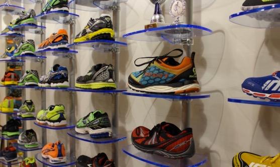 Regalsystem Ladeneinrichtung Schuhpräsentation