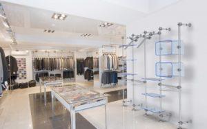 Ladenausstattung im Textil Einzelhandel Warenpräsentation für Popup Stores mit Kleiderstangen