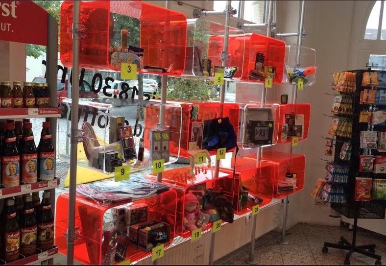 Raumteiler rot Schaufenster Display Apotheke