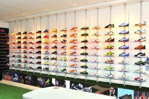Schuhpräsenter Acryl für die Präsentation von Sportschuhen