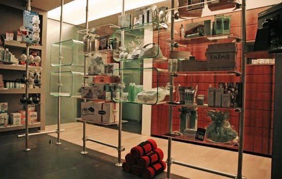 Schaufenster Warenpräsentation in der Apotheke Ladeneinrichtung