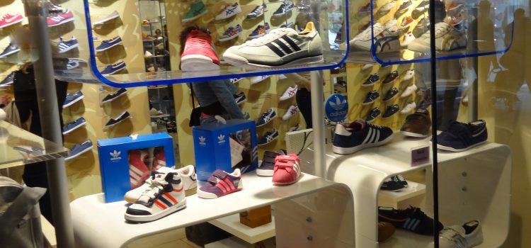 Schaufenster Gestaltung Schuhpräsenter