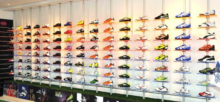 Ansprechende Ladeneinrichtung Schuhpräsentation