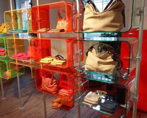 Ladenbau Showroom Taschenständer