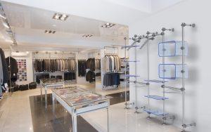Warenpräsenter Textil Einzelhandel in blau-transparentem Acrylglas
