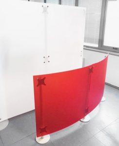 Trennwände Büro freistehend rot weiss Milchglas Optik