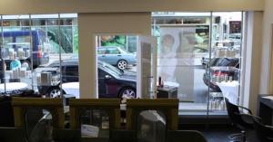 Verkaufsregale Friseur Salon hier im Schaufenster