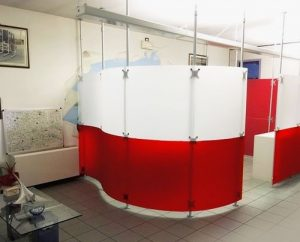 Trennwand Kosmetikstudio rot-weiss gefrostet mit Teleskopstangen