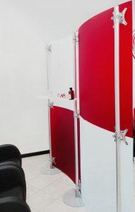 Trennwand Kosmetikstudio zweifarbig rot- weiss-gefrostet 2 x 2 m konkav konvex