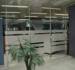 Raumteiler Büro festinstalliert mit Teleskopstangen