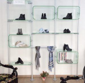 Regalsystem im Schaufenster mit Acrylglas Elementen