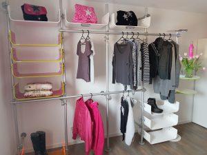 Regalsystem für Kleidung mit Kleiderstangen und Acrylglas Ablagen
