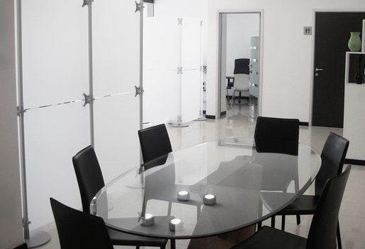 Trennwände Stellwände Konferenzraum Abtrennung weiss-gefrostet