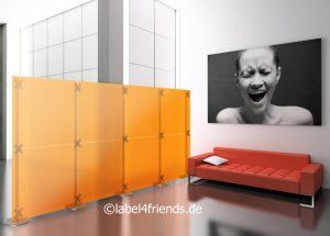 Freistehende Stellwand im Büro als Sichtschutz und Raumteiler orange Milchglas 4 m