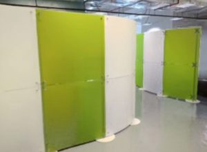 Zweifarbige Trennwände Physiotherapie und Massagepraxis weiss-grün Acrylglas