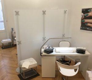 Trennwand Physiotherapie und Massagepraxis weiss Acrylglas
