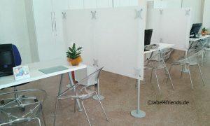 Callcenter Büro Trennwände freistehend in Milchglas Optik