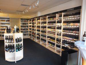 Ladeneinrichtung mit Holzregalen im Spirituosen und Wein Handel