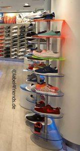Schuhdisplay als freistehender Schuhpräsenter im Schuhgeschäft