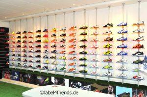 Ladeneinrichtung Schuhgeschäft - Schuhpräsentation an der Wand