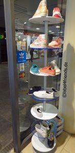 Schuhaufsteller freistehend im Schuhgeschäft