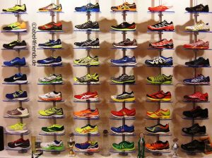 Ladeneinrichtung Schuhe - Schuhpräsentation an der Wand