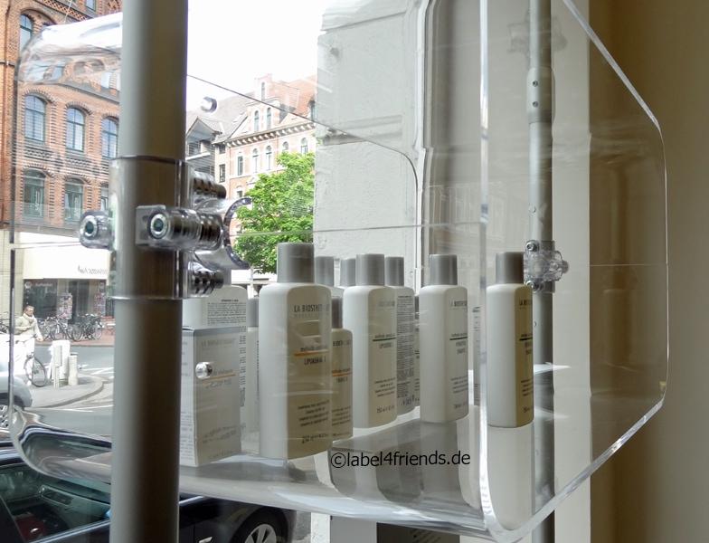 Schaufenster Warenpräsentation von Kosmetik und Drogerie Artikeln