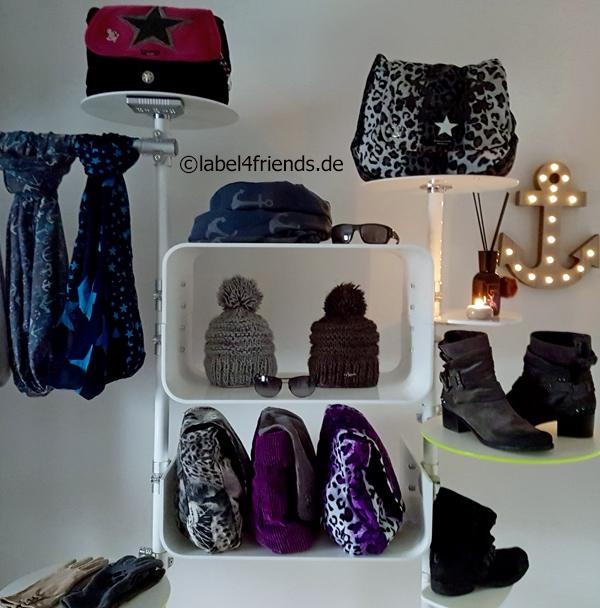 Mützenständer / Hutständer / Taschenständer mit frei höhenverstellbaren Acrylglas Ablagen weiss