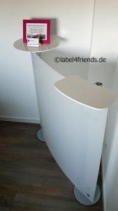 Mobile Messetheke halbrund mit Acrylglas Ablagen weiss