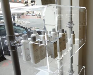 Ladeneinrichtung - Schaufenster Präsentation von Kosmetik Produkten und Nahrungsergänzungsmitteln