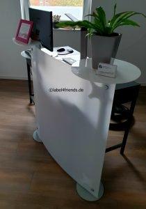 Mobile Empfangstheke im Büro am Schreibtisch