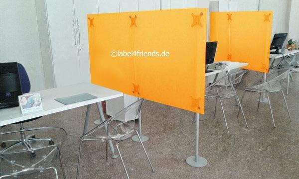 Spuckschutz Trennwand am Schreibtisch als Raumteiler und Hygieneschutz