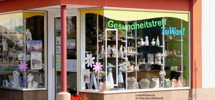 Schaufenster Präsentation im Einzelhandel mit Acrylglas Ablagen und Teleskopstangen