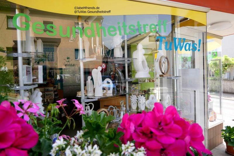 Schaufenster Präsentation im Einzelhandel mit Acrylglas Ablagen im Zick Zack angeordnet
